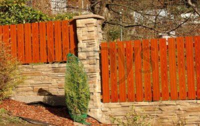 Zděný plot s dřevěnou výplní je u nás velmi oblíbený, zdroj: plotybratislava.sk